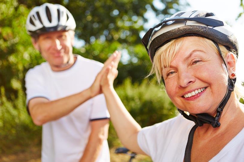 älterea Paar mit Fahrradhelmen